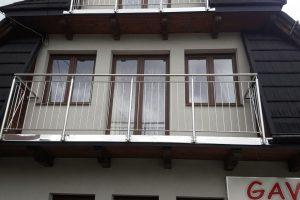 balkon-z-balustrada-klasyczna-czy-szklana